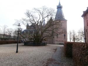 Kasteel Doorwerth met op het plein de grote acacia